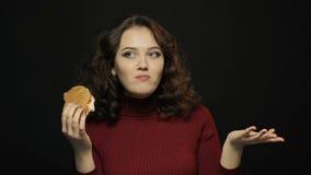 Mujer joven que come el bocadillo, tiroteo del primer almacen de metraje de vídeo