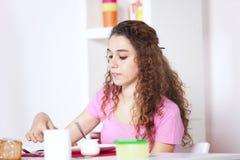 Mujer joven que come el yogur Imagen de archivo libre de regalías