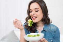 Mujer joven que come la ensalada fotos de archivo libres de regalías