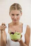 Mujer joven que come la ensalada vegetal Fotografía de archivo libre de regalías