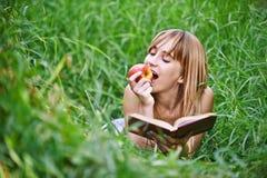 Mujer joven que come la manzana Imágenes de archivo libres de regalías