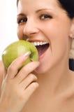 Mujer joven que come la manzana Imagen de archivo