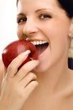 Mujer joven que come la manzana Foto de archivo libre de regalías