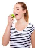 Mujer joven que come la manzana verde Fotografía de archivo libre de regalías