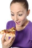 Mujer joven que come la pizza Imágenes de archivo libres de regalías