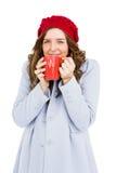 Mujer joven que come la taza de café Imágenes de archivo libres de regalías