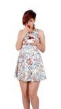 Mujer joven que come las fresas Fotografía de archivo libre de regalías