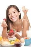 Mujer joven que come las frutas en el desayuno Imágenes de archivo libres de regalías