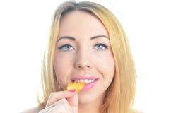 Mujer joven que come las patatas a la inglesa Fotos de archivo libres de regalías