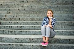 Mujer joven que come las uvas Foto de archivo libre de regalías
