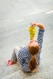 Mujer joven que come las uvas Imagen de archivo