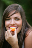 Mujer joven que come los albaricoques Imagen de archivo libre de regalías