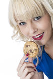 Mujer joven que come un chocolate Chip Cookie Biscuit Foto de archivo