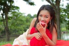 Mujer joven que come una manzana Fotos de archivo libres de regalías