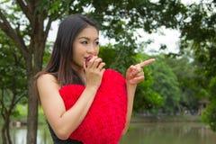 Mujer joven que come una manzana Fotografía de archivo