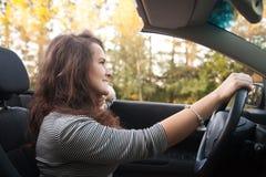 Mujer joven que conduce el coche Imágenes de archivo libres de regalías