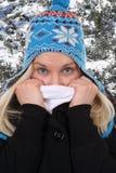 Mujer joven que congela en invierno en el bosque Fotos de archivo libres de regalías