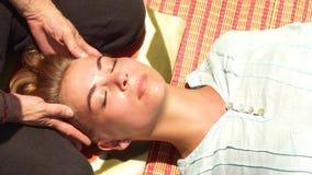 Mujer joven que consigue el cierre principal del masaje para arriba Masaje de cara profesional al aire libre Da el massagiste que metrajes