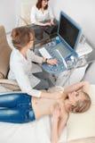 Mujer joven que consigue la exploración del ultrasonido del pecho fotos de archivo libres de regalías