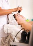 Mujer joven que consigue la limpieza de la piel en el salón de belleza Foto de archivo libre de regalías