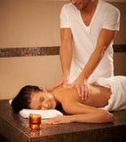 Mujer joven que consigue masaje fotografía de archivo libre de regalías