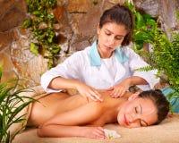 Mujer joven que consigue masaje en balneario. Imágenes de archivo libres de regalías