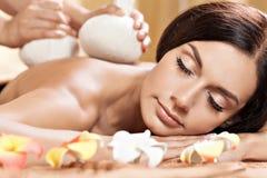 Mujer joven que consigue masaje en salón del balneario Imágenes de archivo libres de regalías