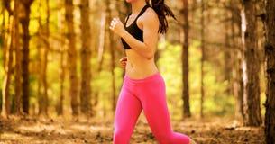 Mujer joven que corre en el rastro en el pino salvaje hermoso Forest Active Lifestyle Concept Espacio para el texto foto de archivo