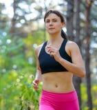 Mujer joven que corre en el rastro en Forest Active Lifestyle Concept salvaje hermoso Espacio para el texto foto de archivo