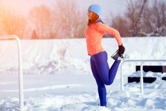 Mujer joven que corre en invierno fotos de archivo libres de regalías
