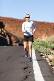 Mujer joven que corre en montañas fotografía de archivo