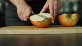 Mujer joven que corta la manzana almacen de video
