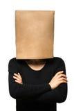 Mujer joven que cubre su cabeza usando una bolsa de papel Fotografía de archivo