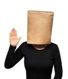 Mujer joven que cubre su cabeza usando una bolsa de papel Imagen de archivo