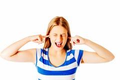 Mujer joven que cubre sus oídos Fotografía de archivo