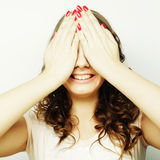 Mujer joven que cubre sus ojos con sus manos Foto de archivo