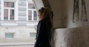 Mujer joven que da vuelta a la vuelta de la esquina almacen de video