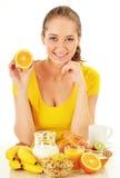 Mujer joven que desayuna. Dieta equilibrada Imagen de archivo libre de regalías