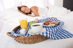 Mujer joven que desayuna hecha casero Fotos de archivo