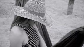 Mujer joven que descansa sobre la hamaca almacen de metraje de vídeo