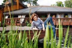 Mujer joven que descansa y que se divierte en el parque Foto de archivo libre de regalías