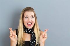 Mujer joven que desea para la buena suerte imagen de archivo libre de regalías