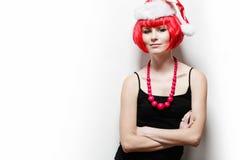 Mujer joven que desgasta el sombrero de Santas. Imagen de archivo