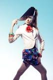 Mujer joven que desgasta headwear futurista Imagen de archivo libre de regalías