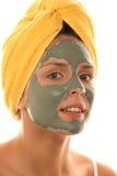 Mujer joven que desgasta la crema facial Foto de archivo libre de regalías