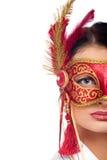 Mujer joven que desgasta la máscara roja del carnaval Fotos de archivo
