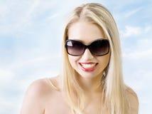 Mujer joven que desgasta las gafas de sol modernas grandes. imágenes de archivo libres de regalías