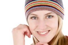 Mujer joven que desgasta un sombrero del estilo de la gorrita tejida Fotografía de archivo