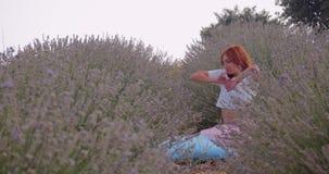Mujer joven que despierta en el campo del lavanda metrajes