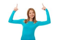 Mujer joven que destaca con ambas manos Fotografía de archivo libre de regalías